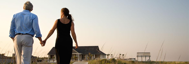 couple-boardwalk-12666353